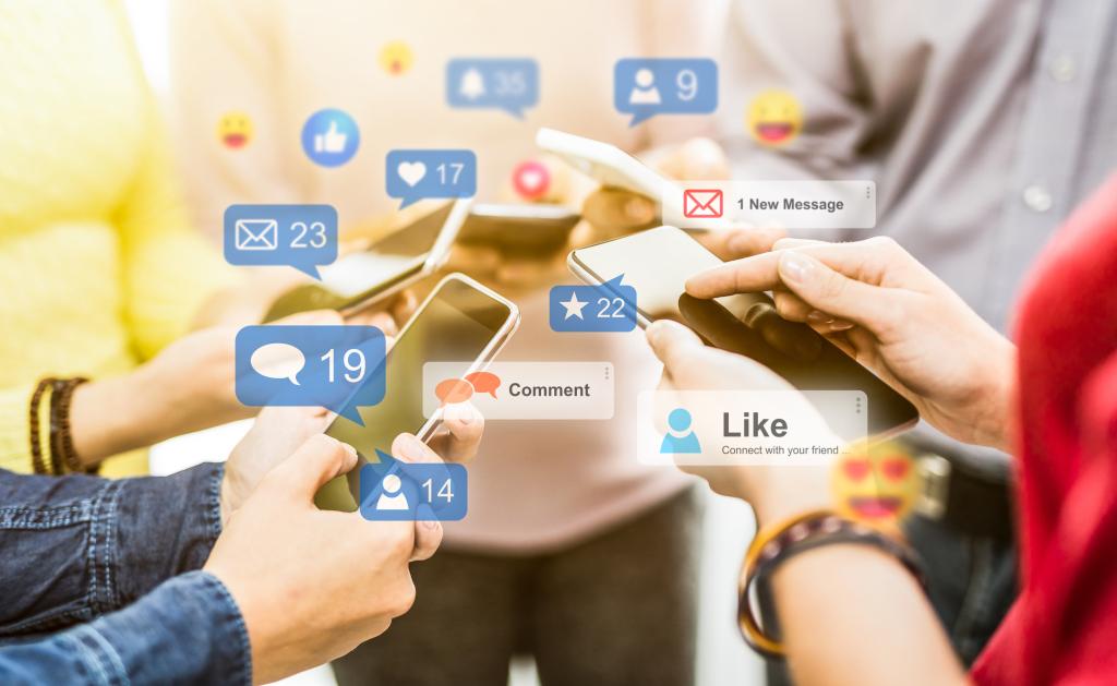 Handys mit Symbolen für soziale Netzwerke