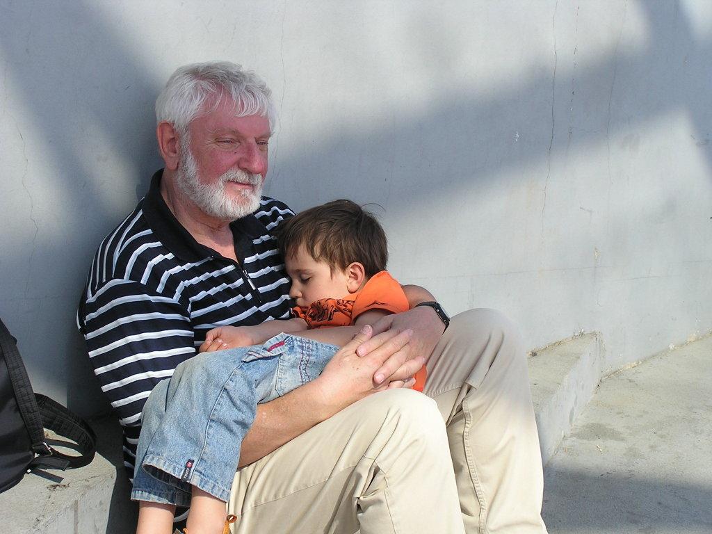 Alexander Koch, Mann mit schlafendem Kind im Arm