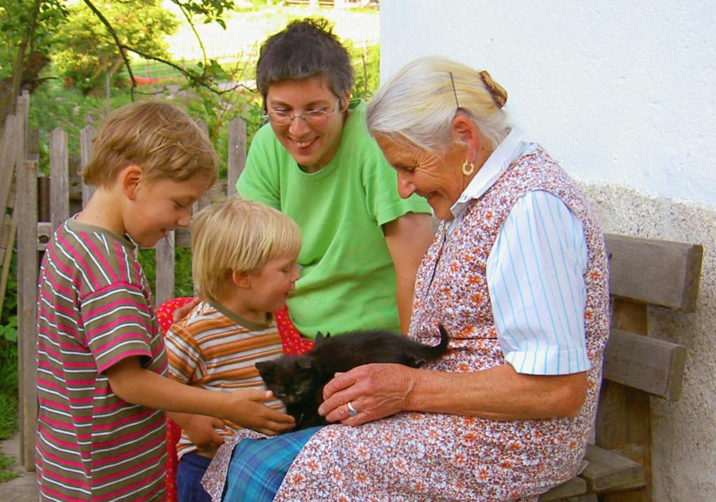 Andreas Ewert, Ältere Frau, junge Frau, Kinder, Katze