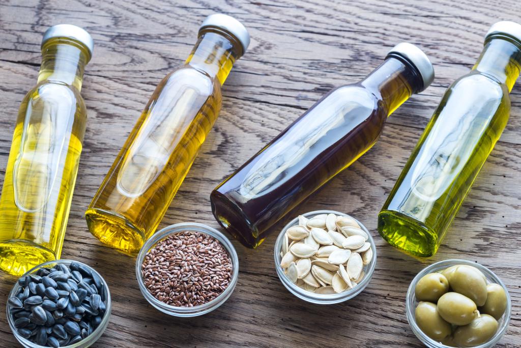 Flaschen mit verschiedenen pflanzlichen Ölen