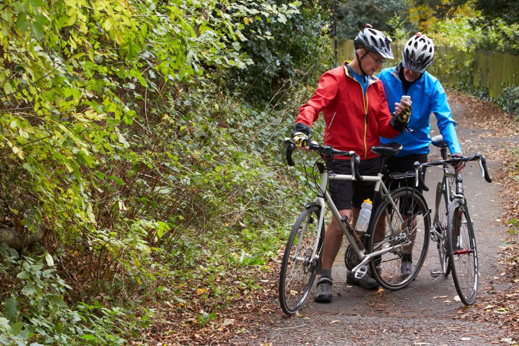 Fahrradfahrer im herbstlichen Wald