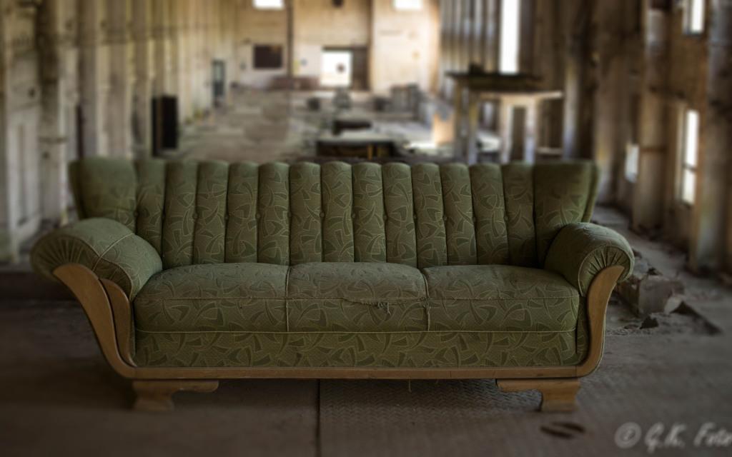 altes sofa. Black Bedroom Furniture Sets. Home Design Ideas