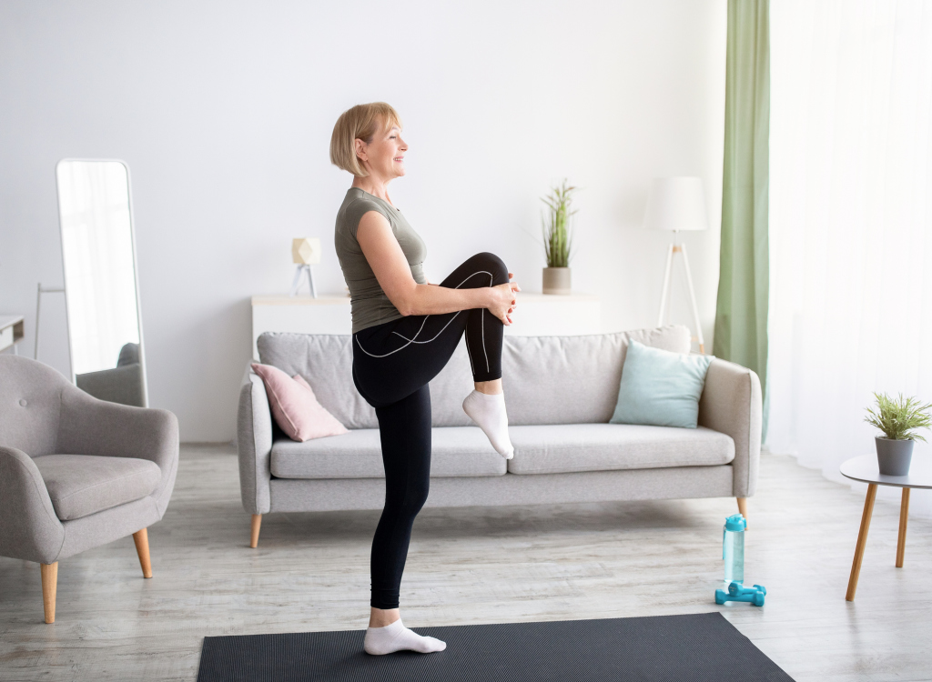Frau macht zuhause Gymnastik