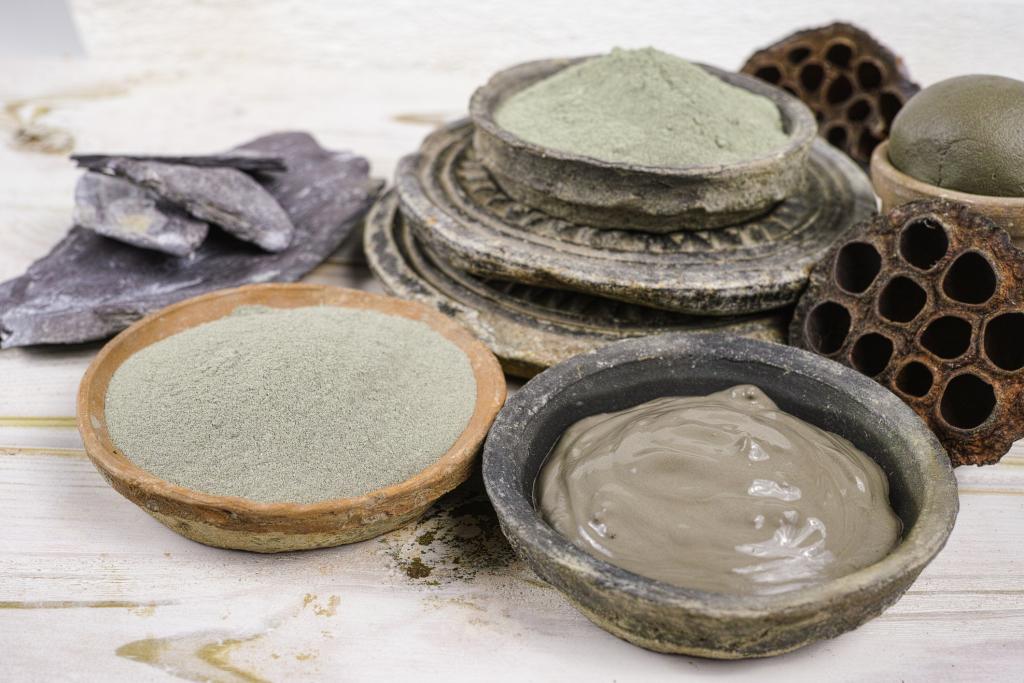 Schälchen mit grauem Pulver und Paste