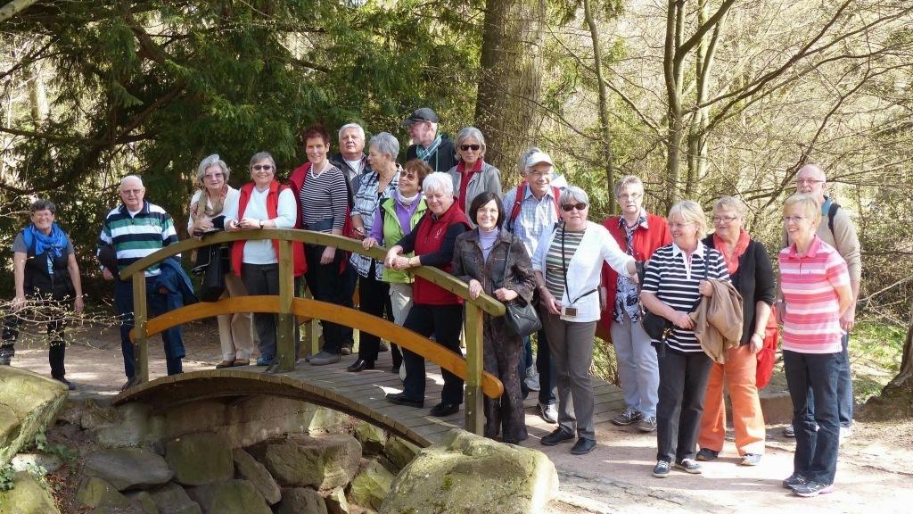Gruppe Menschen auf einer Brücke