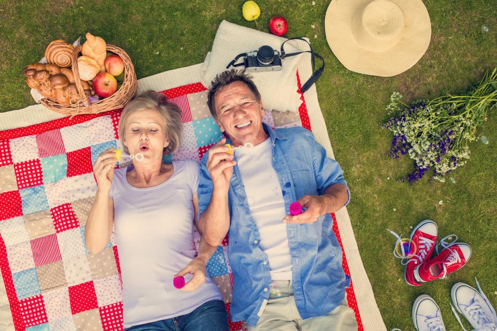Paar auf einer Picknickdecke