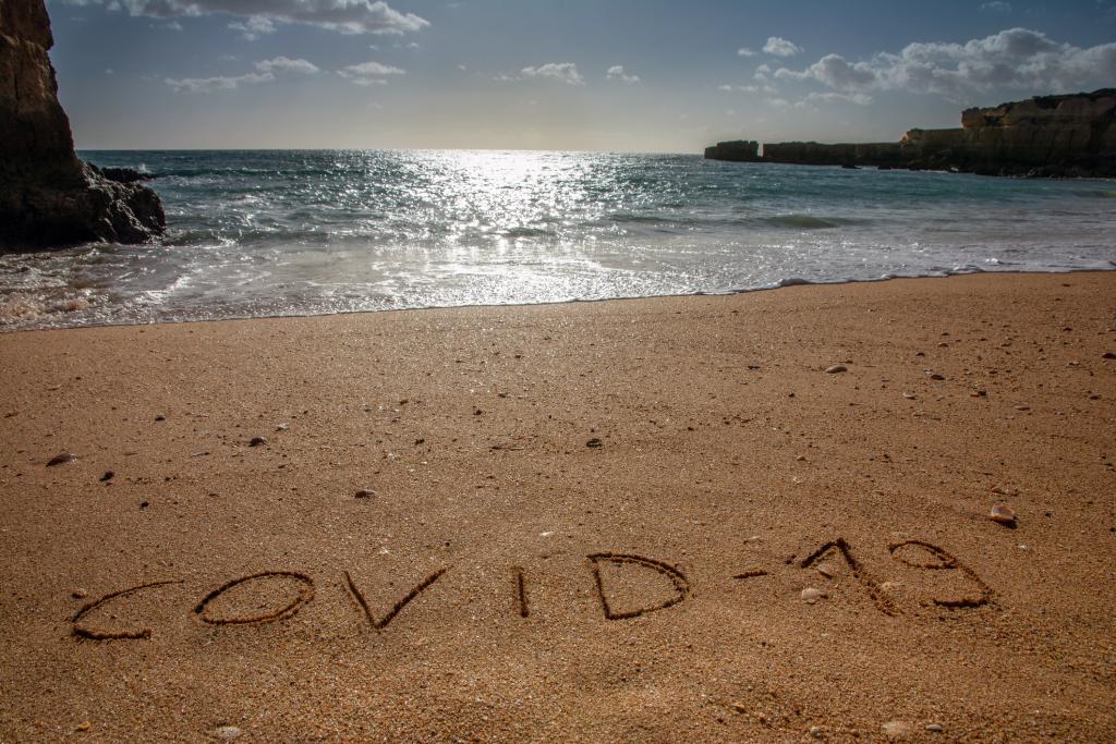 Strand mit Covid-19-Schrift