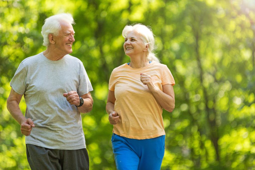 Frau und Mann joggen in der Natur