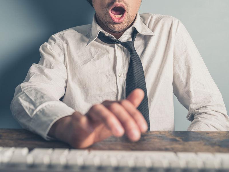 Mann befriedigt sich vor dem PC