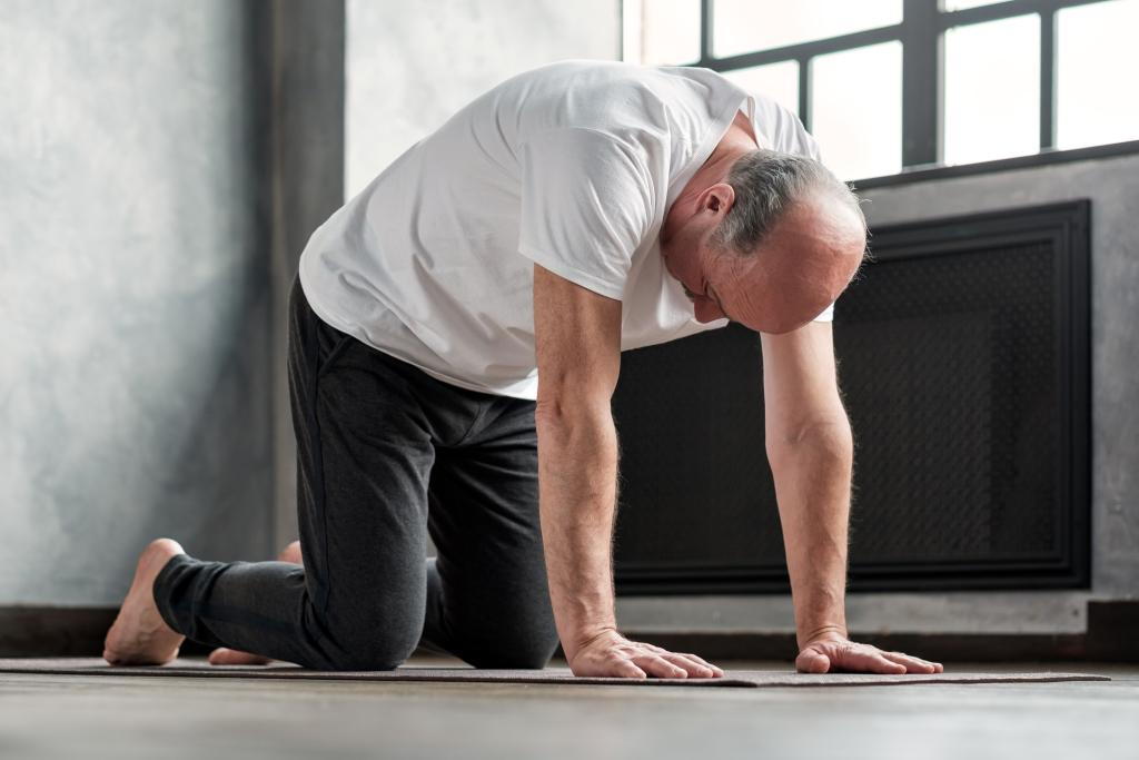 Senior übt Yoga Asana