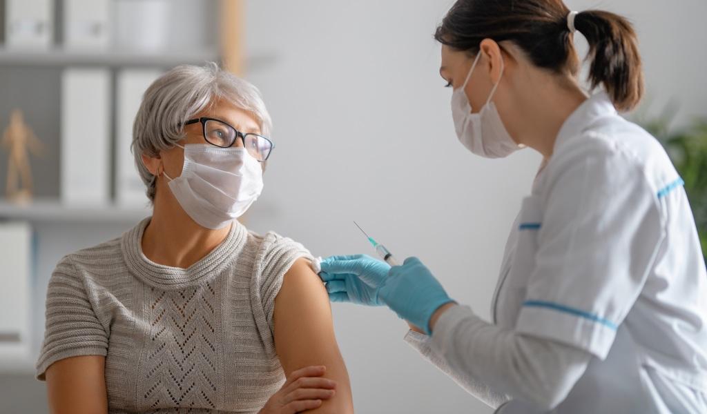 Frau bei Grippeimpfung