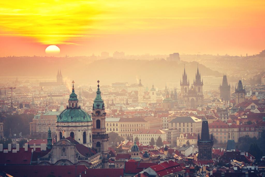 Sonnenaufgang über den Dächern Prags