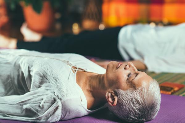 Seniorin liegend bei einer Entspannungsübung