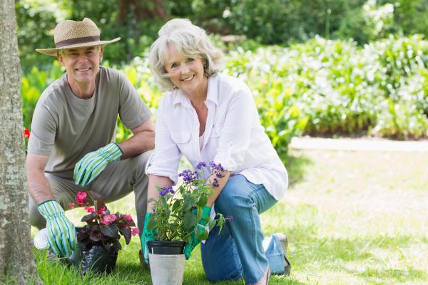 Älteres Paar beim Gärtnern