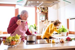 Paar beim Zubereiten des Essens in einer modernen Küche