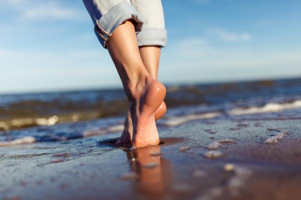 Bafuß laufen am Strand