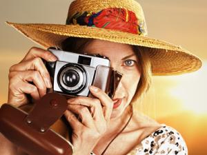 Frau mit analoger Kamera, © Ingo Bartussek - fotolia.com