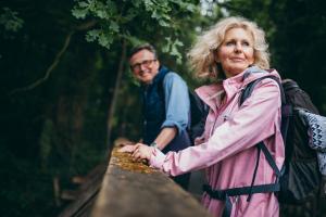 Paar beim Wandern