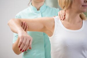 Frau bei der Physiotherapie