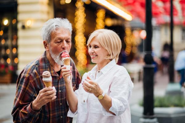 Verliebtes älteres Paar beim Eisessen