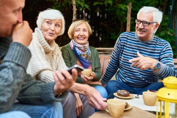 Zwei Seniorenpaare unterhalten sich