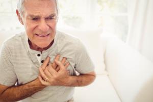 Mann hat Schmerzen in der Brust