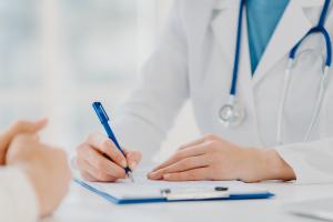 Unkenntliche Ärztin macht Notizen
