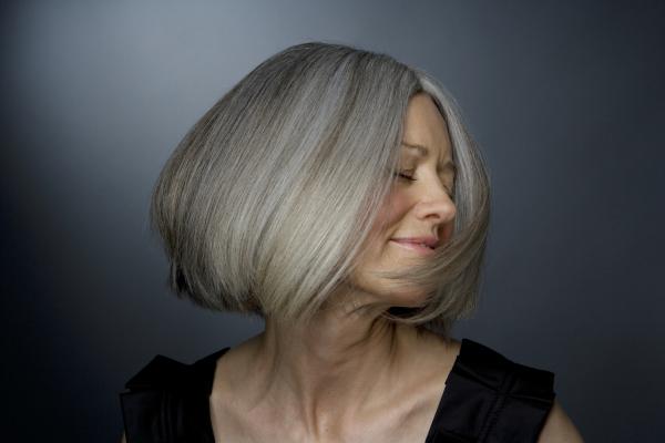 Frau mit grauem Pagenkopf