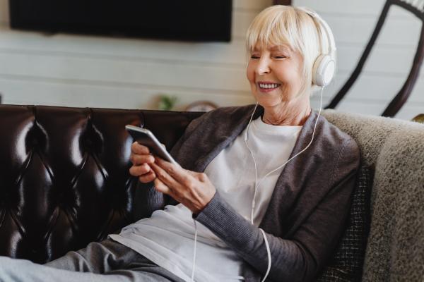 Ein Frau hört einen Podcast