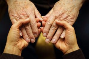 Zwei Paar Hände, die sich gegenseitig halten
