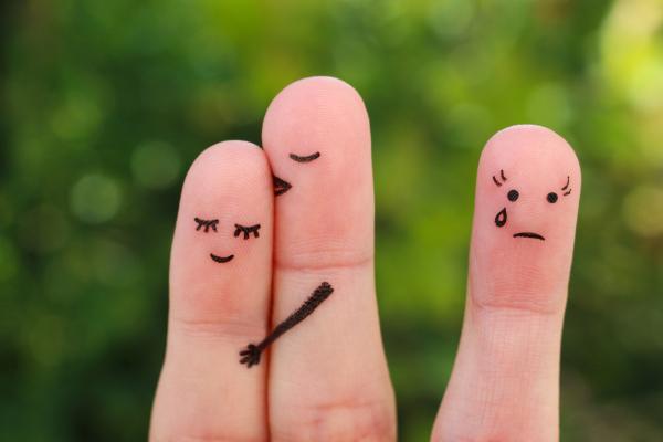 Auf Finger aufgemalte Gesichter, die Eifersucht symbolisieren