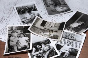 schwarz-weiß Fotos auf einem Tisch