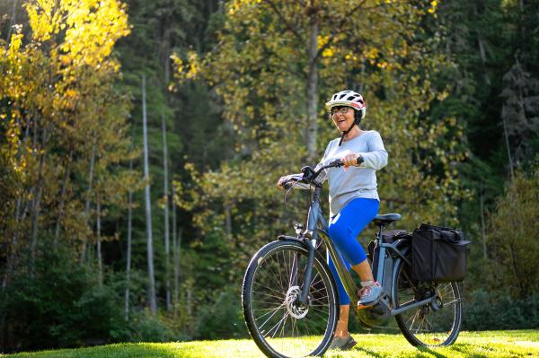 Seniorin mit E-Bike unterwegs