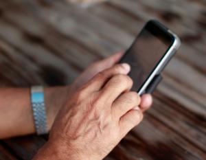 Männerhand mit Handy