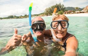 zwei Urlauber mit Schnorchel und Taucherbrille im Wasser