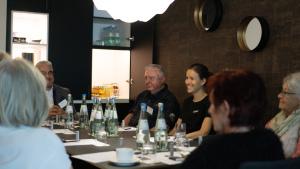 Senioren am Tisch in einem Hotel