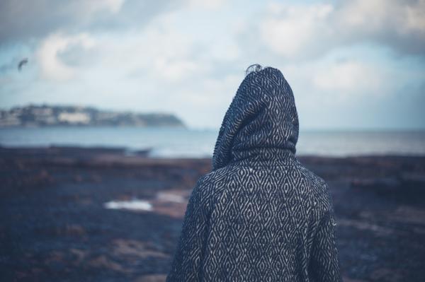 Frau von hinten am Meer - traurige Stimmung