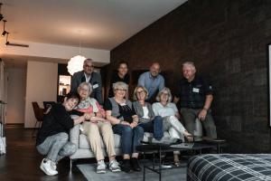 Senioren auf Sofa bei Geberit Scout-Test
