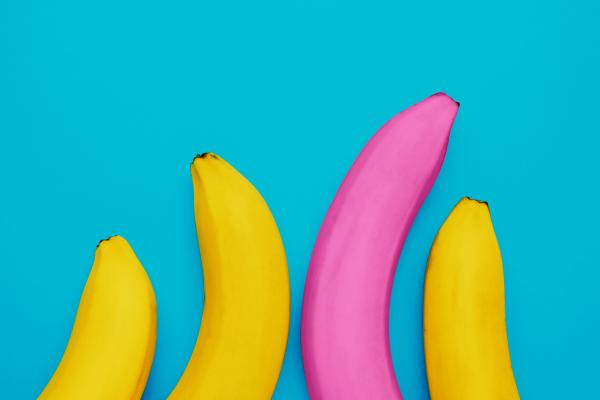 Vier Bananen vor blauem Hintergrund