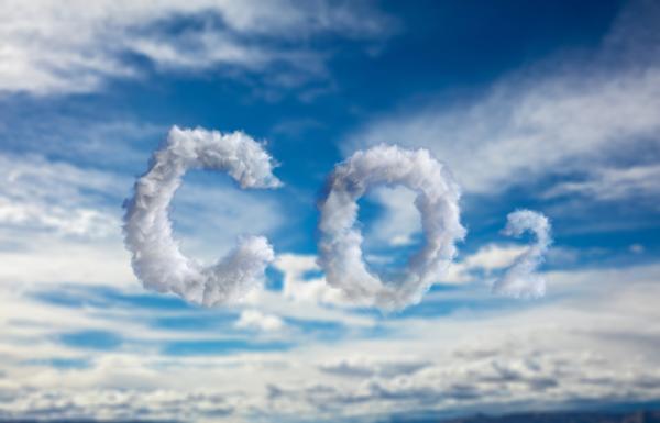 CO2-Schriftzug aus Wolken am Himmel