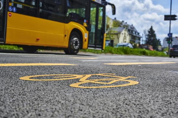 Bild eines Fahrradweges mit einem Bus im Hintergrund