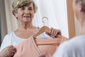 Seniorin die überlegt, was sie anziehen soll