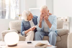 Frau tröstet einen weinenden Mann