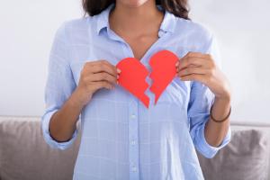 Frau mit einem gebrochenen Herzen