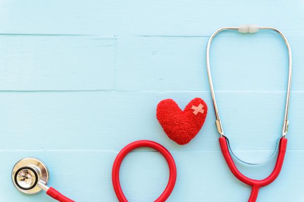 Herz und Stethoskop auf einem hellblauen Hintergrund