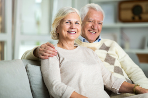 Seniorenpaar zuhause auf Sofa