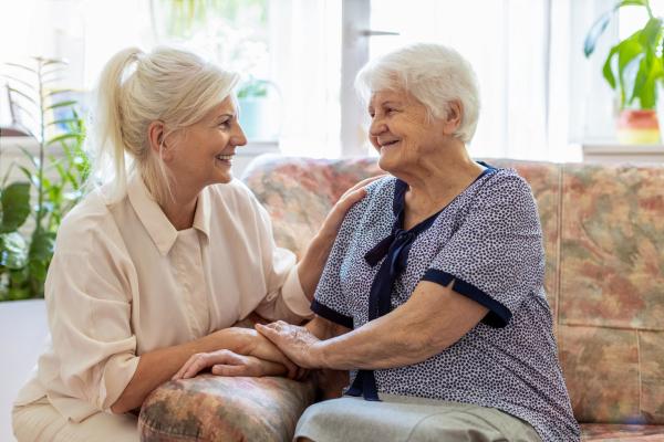 Zwei Damen im freundlichen Gespräch
