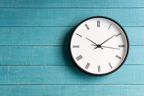 mitfarbene Uhr