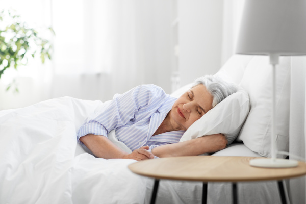 Ältere Dame im Bett