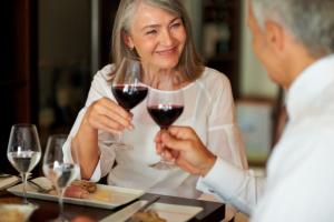 mann und Frau trinken Wein zusammen